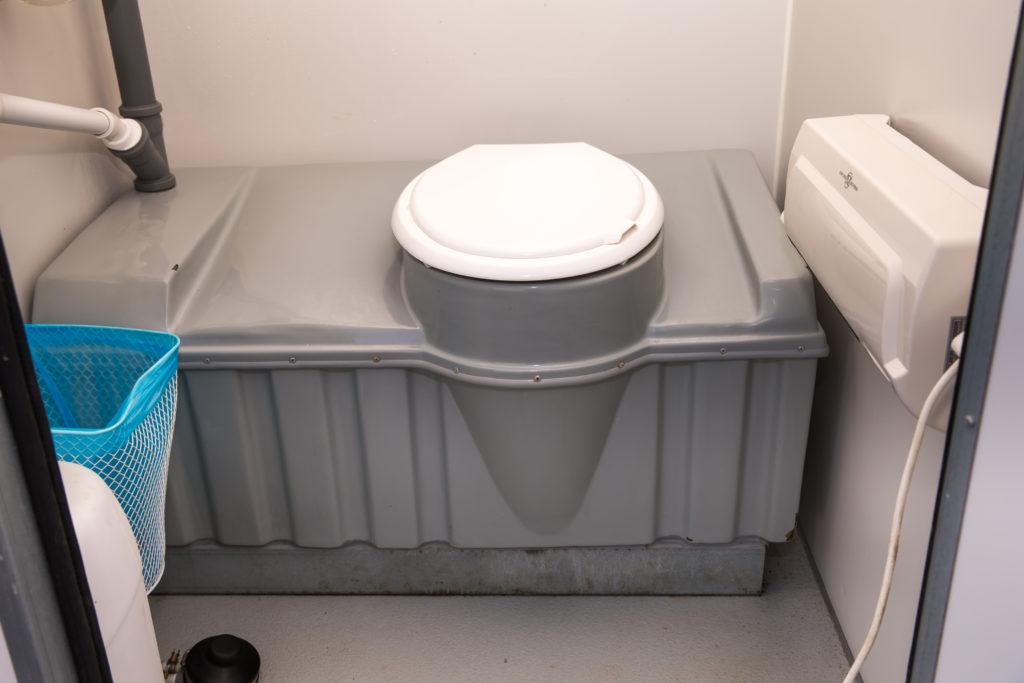 Soojustatud WC kogumismahutiga